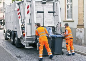 Müllfahrzeug auf einer Tour mit Navigation